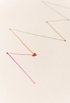 白い紙にカラフルなマーカーで描かれたシェドゥルの線