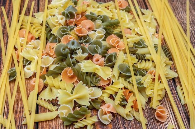 Спагетти, макароны, макаронные изделия, linguine durum пшеница итальянский тонкий длинный на деревянном фоне крупным планом селективный фокус