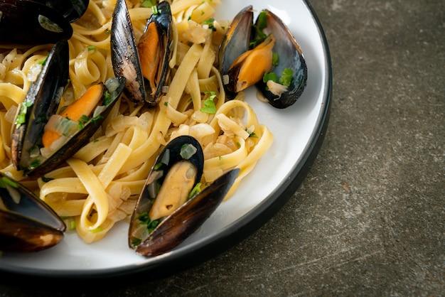 Лингвини спагетти паста вонголе соус из белого вина - итальянская паста из морепродуктов с моллюсками и мидиями Premium Фотографии