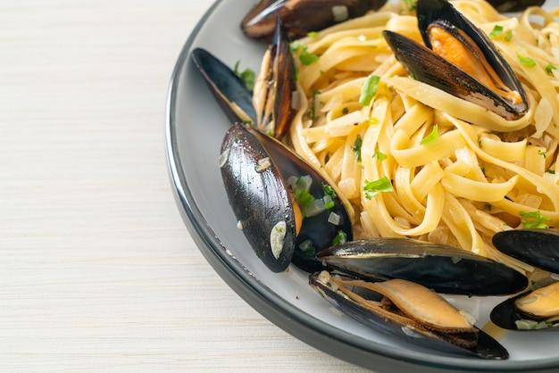 リングイネスパゲッティパスタボンゴレ白ワインソース-アサリとムール貝のイタリアンシーフードパスタ
