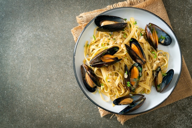 Linguine spaghetti pasta vongole white wine sauce - italian seafood pasta with clams and mussels