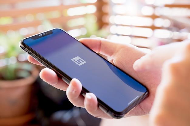 전화 화면에 링크드 인 로고. linkedin은 비즈니스 연락처 검색 및 설정을위한 소셜 네트워크입니다.