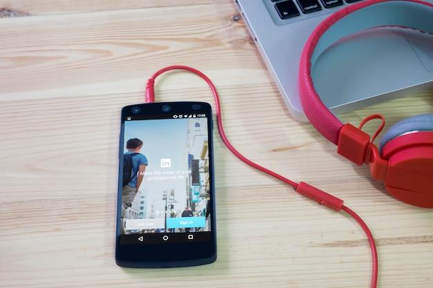 携帯電話でlinkedinアプリケーションが開かれました。