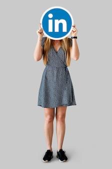 Linkedinアイコンを持っている女性