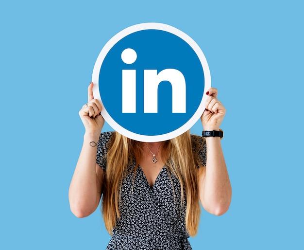 Linkedinのアイコンを保持している女性
