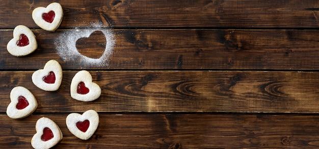 Печенье linzer в форме сердца на день святого валентина с любовью