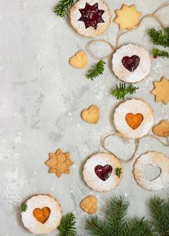 Рождественское печенье linzer с джемом. традиционное австрийское рождественское печенье. песочное тесто
