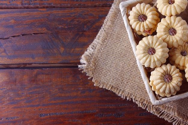 Домашнее австрийское печенье linzer - это два песочных печенья в сопровождении очень распространенного желе на рождество