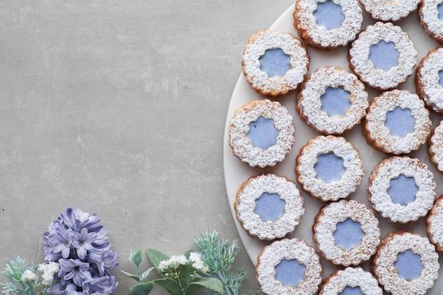 Цветочное печенье linzer с голубой глазурью