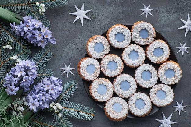 Вид сверху цветок linzer печенье с голубой глазурью на темной зимой