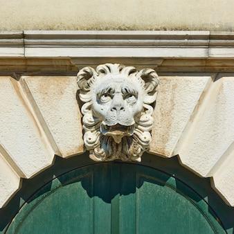 오래 된 베네치아 건물, 베니스, 이탈리아 앞의 사자 머리 키스톤