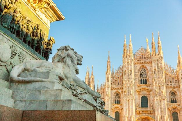 Мраморная статуя льва возле знаменитой церкви миланский собор дуомо ди милано на площади в милане, ломбардия, италия