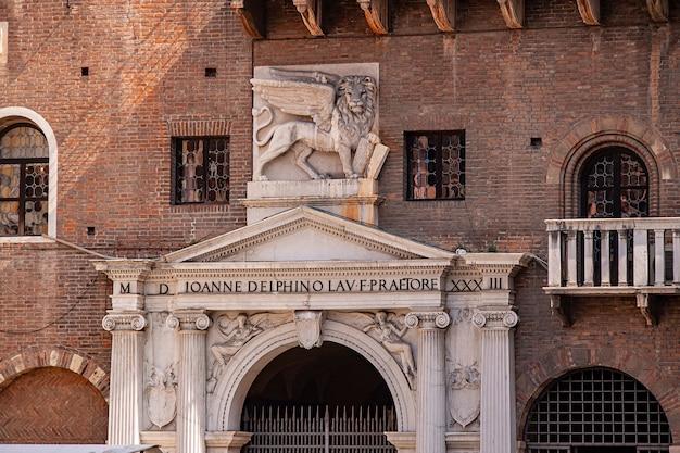 Лев святого марка на фасаде здания на площади пьяцца делле эрбе в вероне в италии