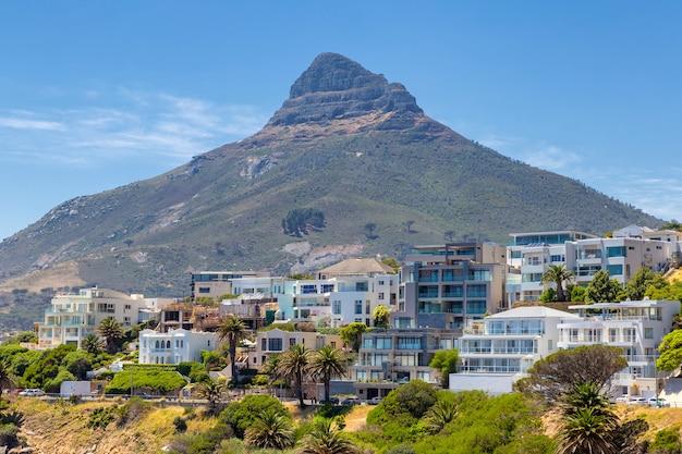 Львиная голова горы и жилые дома на побережье кейптауна
