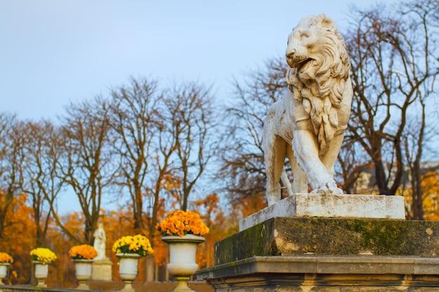 룩셈부르크 정원에 있는 사자 조각상. 파리의 가을