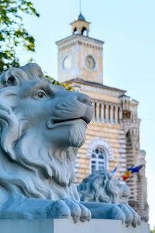 キシナウの自治体の建物の近くのライオン像