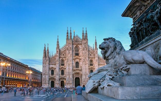 Статуя льва памятника витторио эмануэле ii на площади пьяцца дель дуомо в милане, италия
