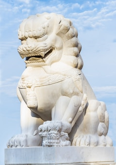 Статуя льва на фоне красивого голубого неба