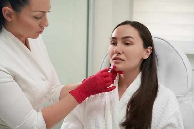唇の美容注射を受ける唇増強女性