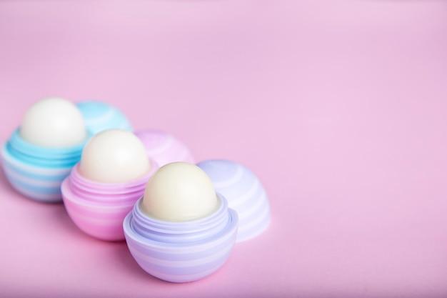 핑크에 립밤. 보호 피부. 입술 관리 개념. 텍스트를위한 공간