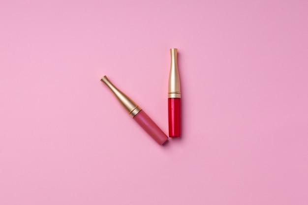ピンクの背景にリップメイクアップ商品