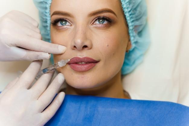 魅力的な女の子のための唇増強注射