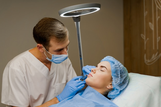 Инъекции для увеличения губ для привлекательной девушки
