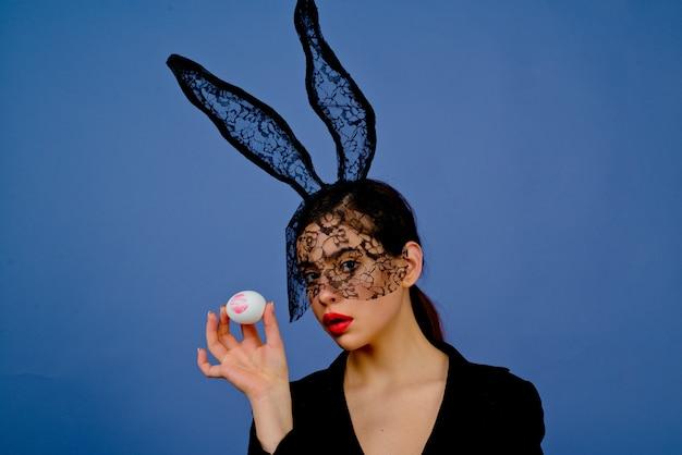 부활절 달걀에 립스틱 키스 인쇄. 부활절 달걀과 토끼 귀에 패션 여자