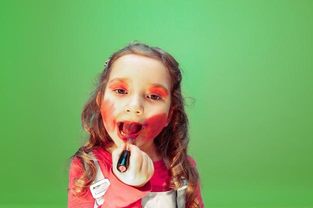 립스틱. 메이크업 아티스트의 직업에 대해 꿈꾸는 어린 소녀. 어린 시절, 계획, 교육 및 꿈 개념. 패션 및 스타일 업계의 성공적인 직원, 헤어 스타일 아티스트가되고 싶습니다.