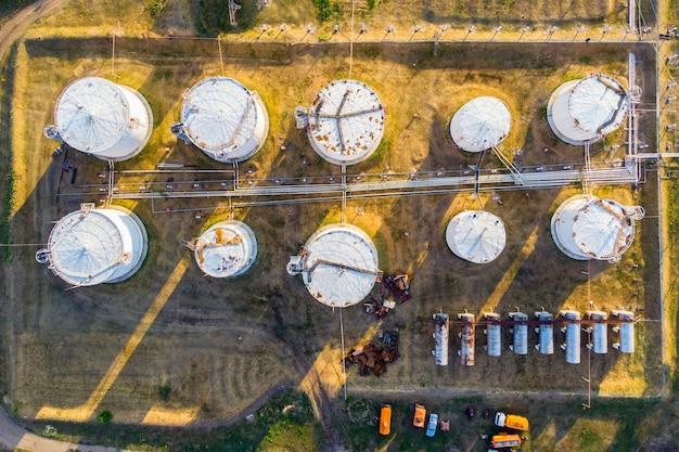 액체 화학 탱크 터미널, 액체 화학 및 석유 화학 제품 탱크 저장, 휘발유 흰색 상단 보기가 있는 탱크. 조감도