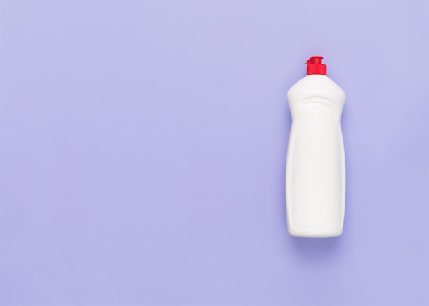 Бутылка жидкого моющего средства кондиционер для белья эко-био жидкое моющее средство чистящее средство регулярная стирка концепция прачечной пустое место для текста или логотипа на пастельном фиолетовом фоне эко стиль жизни плоская планировка