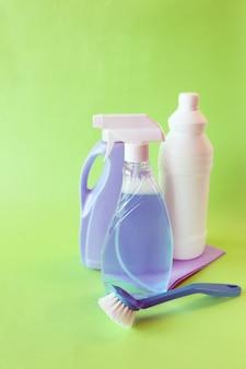 Жидкие моющие средства в пластиковых бутылках, чистящие средства для дома на светлом фоне стола