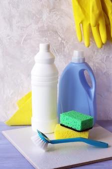Жидкие моющие средства в пластиковых бутылках, упаковка бытовых чистящих средств на столе