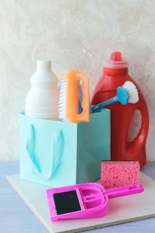 플라스틱 병의 액체 세제, 테이블 위의 가정용 청소 제품 포장
