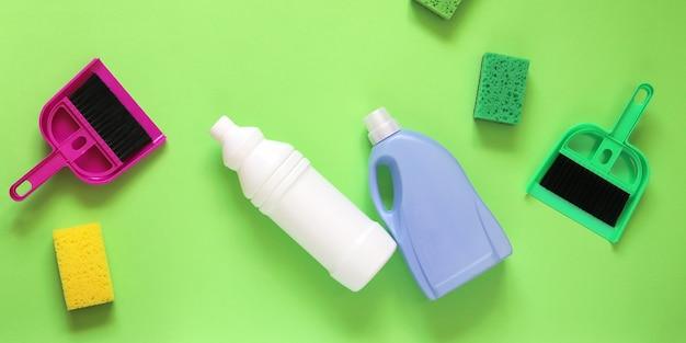 집 청소를위한 플라스틱 병, 스폰지 및 빗자루의 액체 세제, 평면도