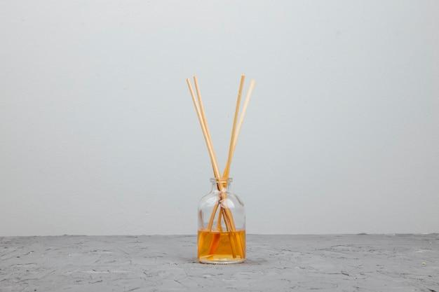 ガラス瓶にアロマスティックが入ったリキッドホームフレグランス