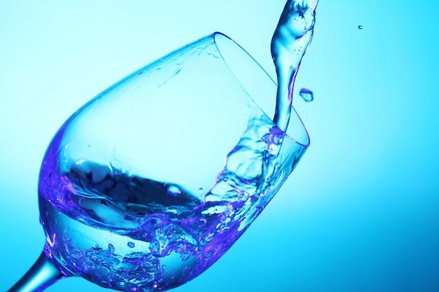 ガラスに注ぐ液体