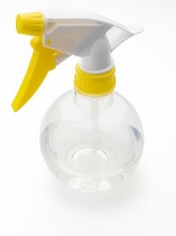 액체 분무기 (물, 알코올). 색상 노란색과 흰색 배경에 고립.