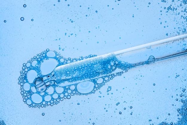 현미경 화면에 피펫이있는 액체 투명 혈청
