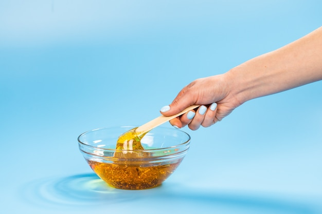 Жидкая желтая паста для шугаринга на синем