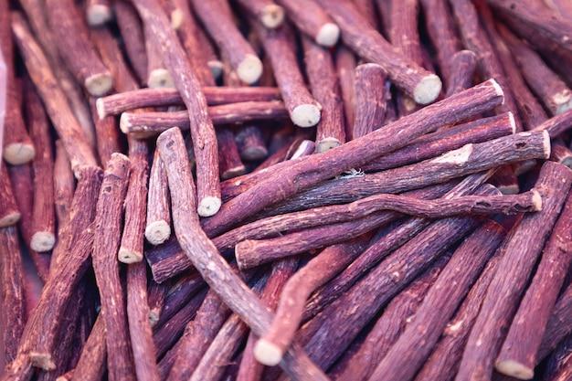 甘草。新鮮な甘草の根
