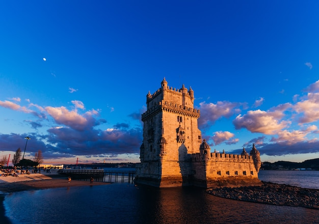 Лиссабон, португалия, красивый каменный замок расположен на берегу реки