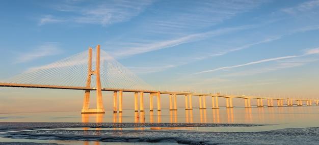 リスボン、ポルトガル。晴れた日のバスコダガマ橋。ヨーロッパ