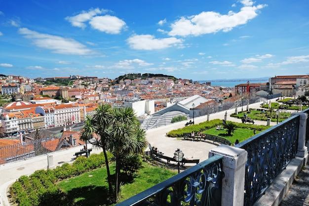 Крыша лиссабона со смотровой площадки сан-педро-де-алькантара - мирадору в португалии