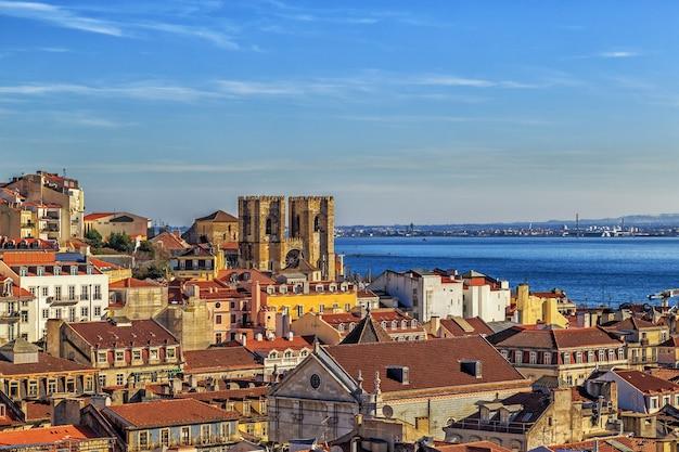 Вид на лиссабон с собором лиссабона или игрежа-де-санта-мария-майор