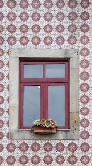 装飾的なタイルが付いているリスボンの窓