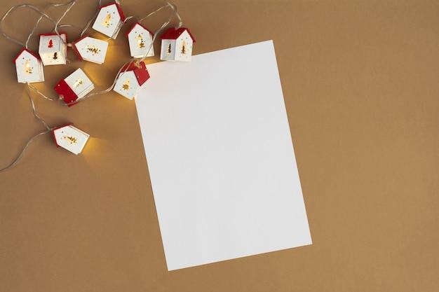 베이지색 모형에 복사 공간과 크리스마스 조명이 있는 텍스트 용지 목록