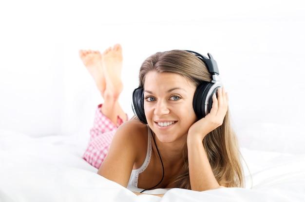 Ascoltando musica sul letto