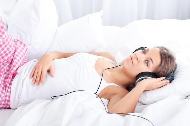 ベッドで音楽を聴く