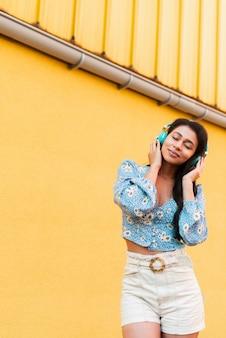 音楽を聴き、雰囲気を感じる